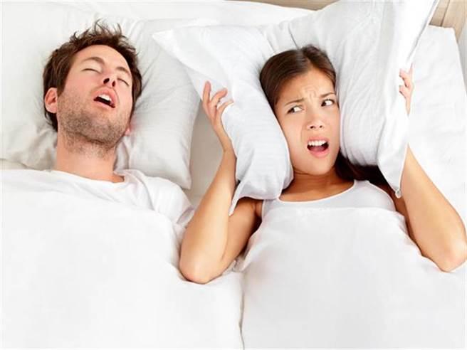 打呼不是太累,根據統計,台灣有中重度睡眠呼吸中止的男性可能高達百萬人。(示意圖/達志影像)