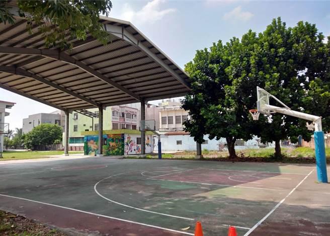 鹽埔國中「半風雨球場」,議員直呼「奇葩」。(唐玉琴提供/林和生屏東傳真)