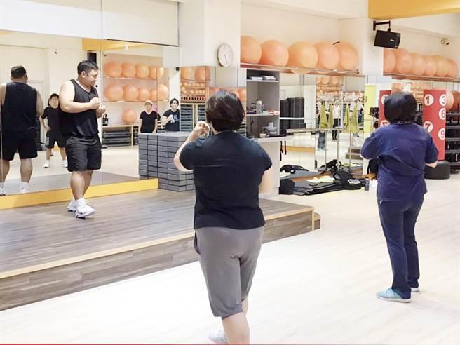 大葉大學運健系大四生石翊群(左)在系所內打造的專業健身教室內,教學員拳擊有氧。(校方提供/謝瓊雲彰化傳真)