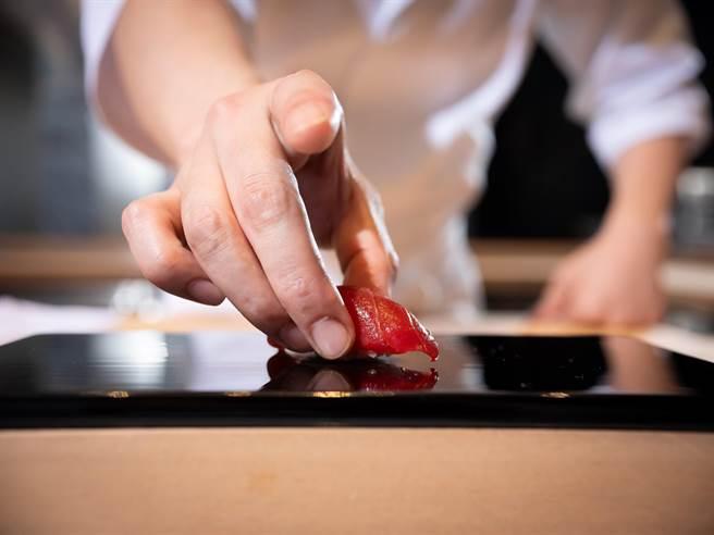 日本米其林二星餐廳「鮨 增田」主廚增田勵來台獻藝推出極致日料饗宴。(圖/鮨增田)
