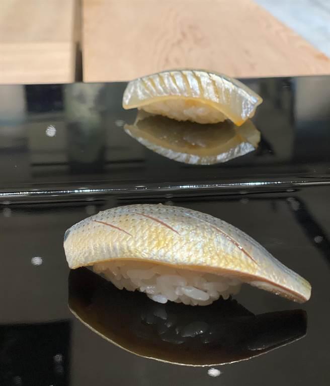 增田勵捏製的小肌(前)與水針魚(後)握壽司。(圖/鰭增田)