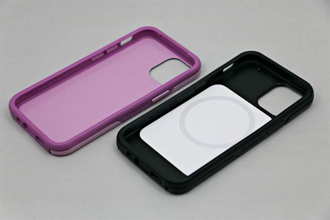 Otterbox专为iPhone 12 mini推出多款保护壳,其中Symmetry+(右)系列支援MagSafe。(黄慧雯摄)