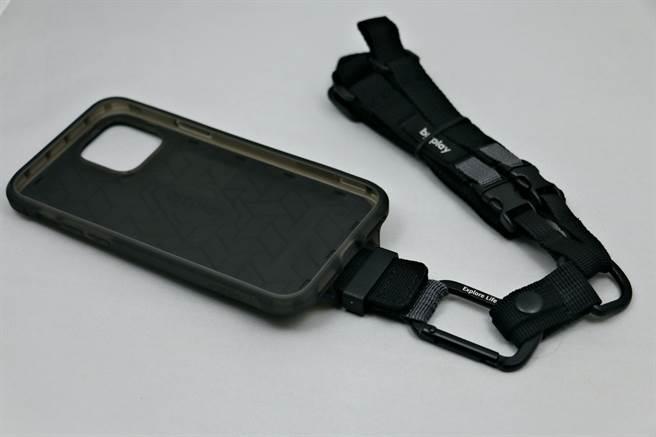 bitplay 立扣壳(wander case)搭配多功能背带。(黄慧雯摄)