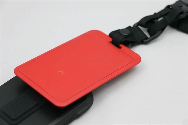 bitplay 立扣壳(wander case)搭配多功能背带,同时可扣上证件套,相当方便。(黄慧雯摄)