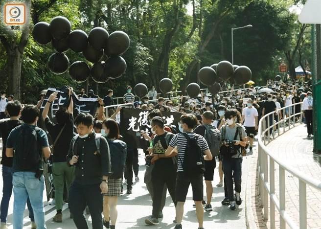 香港中文大學上月將畢業禮改為網上舉行,有學生在校內參與遊行。(取自東網)