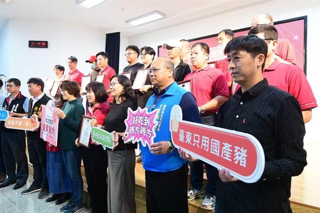 台東縣政府與台東市觀光夜市,7日共同宣誓「愛用國產豬」。(莊哲權攝)