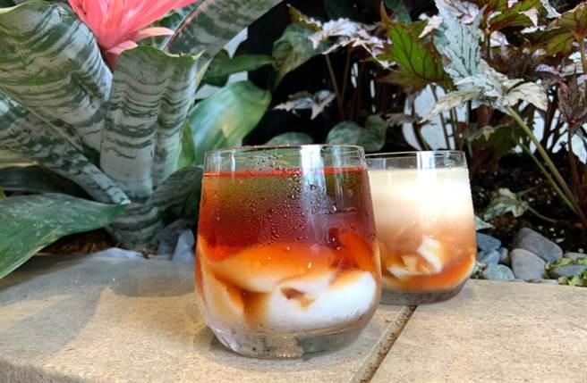 以特濃紅茶及紅茶拿鐵搭配高人氣杏仁凍,搭配吐司相當完美。(圖/楊婕安攝)