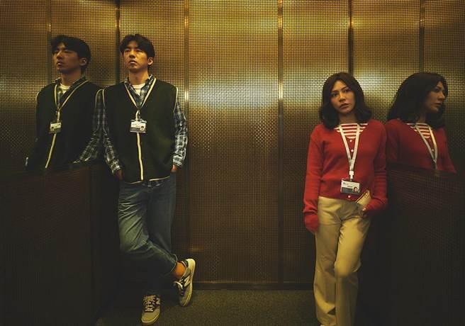 傅孟柏(左)變身理工男,艾怡良則成厭世臭臉妹。(華納兄弟提供)