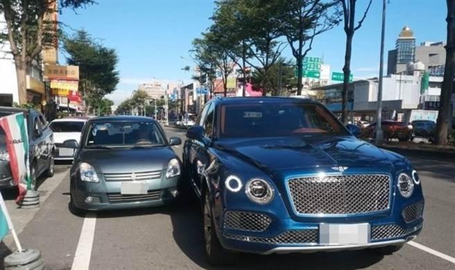 兩車違停擦撞 車主不敢動驚呼:那輛維修費可買我2輛新車(圖/翻攝畫面)
