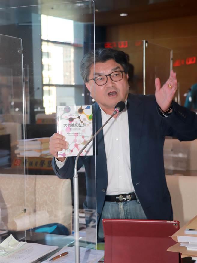 市議員李中7日在第四次定期會第十次會議上提議,要求法制局與相關局處研議,制訂大數據保存與應用自治條例。(陳世宗攝)