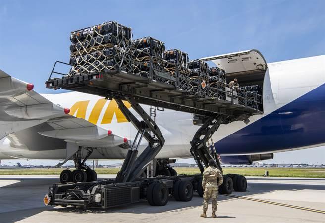 美國穩居全球軍售龍頭地位,光前5大軍火企業的銷售總額就達1660億美元。圖為美空軍將售予烏克蘭的軍備裝送上機。(圖/DVIDS)