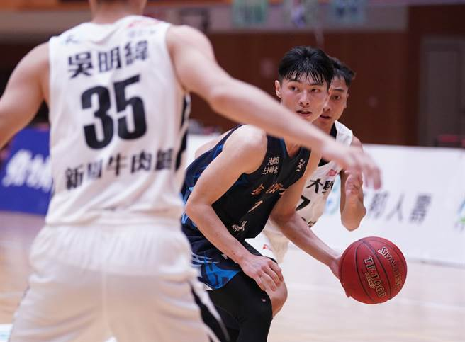 高雄師大王偉丞(中)單場6助攻、8抄截,教頭徐耀輝希望他畢業後可以加入教練團。(大專體總提供)
