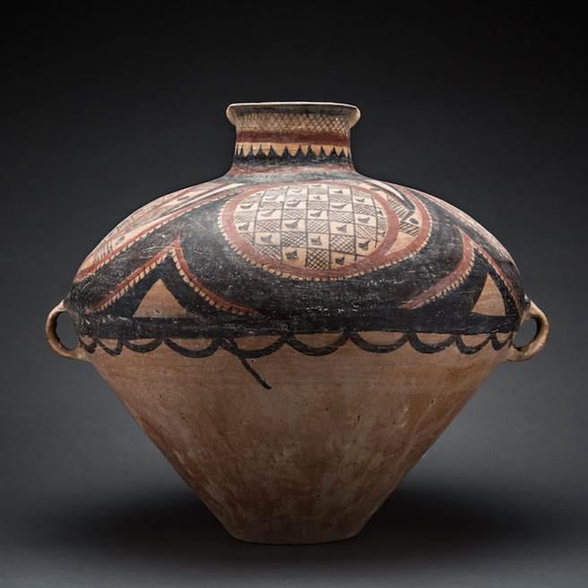 從中國史前文化遺址出土的一件陶罐,高三八.一公分,腹徑三十六公分,現藏英國倫敦巴拉卡特美術館。(時報出版提供)