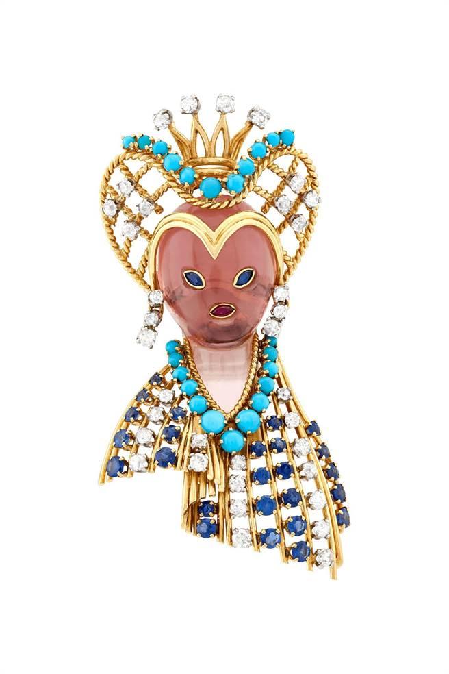 梵克雅寶Heritage典藏系列Queen's head胸針,1959年,藍寶石、紅寶石、粉紅石英、綠松石、鑽石,151萬元。(Van Cleef & Arpels提供)