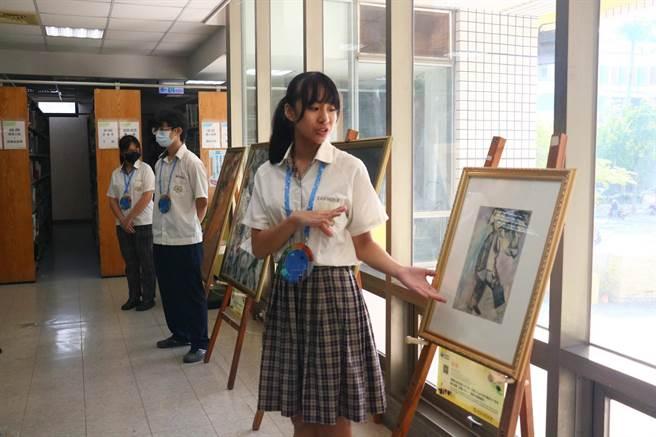「夏卡爾-愛與美的專賣店」藝術巡迴展,第6站來到台南光華高中,學生擔任藝術解說員。(校方提供/李宜杰台南傳真)
