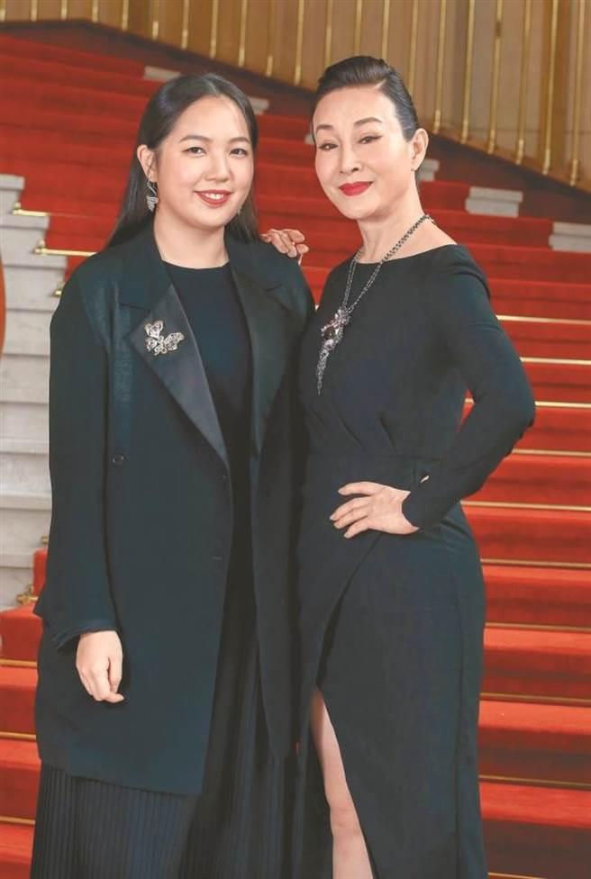 魏海敏(右)與台灣珠寶品牌JHENG首席設計師鄭允婕跨界合作,戲劇與珠寶藝術結盟,更添佳話。(粘耿豪攝)