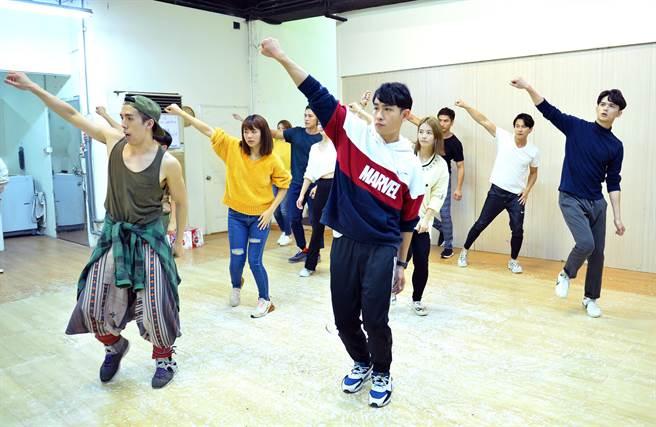 《女力報到》演員為了「女力報到聖誕愛無限歌舞劇」賣力彩排。(TVBS提供)