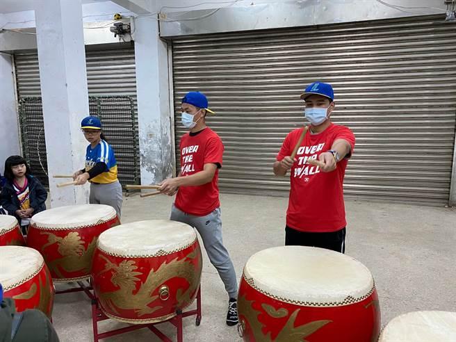 中職球員林祖傑(右1)、戴培峰(右)指導基隆家扶小朋友打棒球,並且嘗試敲打戰鼓。(基隆家扶提供/廖德修台北傳真)