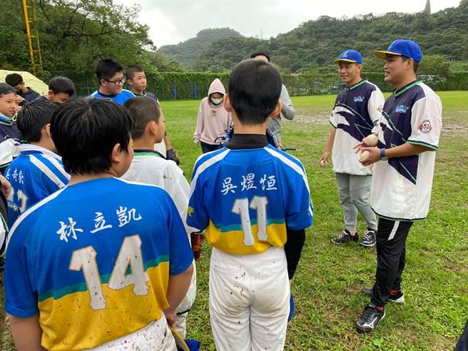 中職球員林祖傑(右1)、戴培峰(右2)指導基隆家扶小朋友打棒球。(基隆家扶提供/廖德修台北傳真)