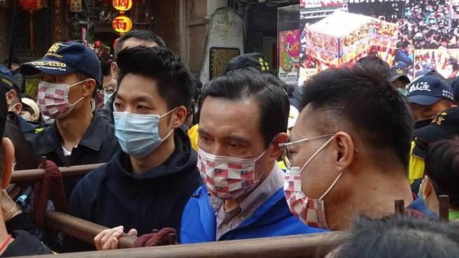 前總統馬英九、立委蔣萬安,參與青山宮遶境活動。(圖/本報資料照)