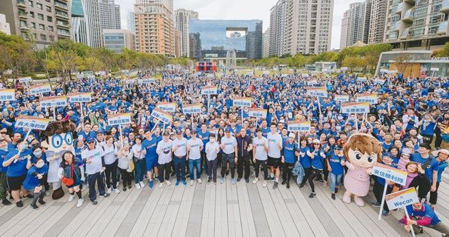 南山人壽舉辦南山YOUNG光運動節,吸引上千民眾一起動起來變健康。圖/業公司提供