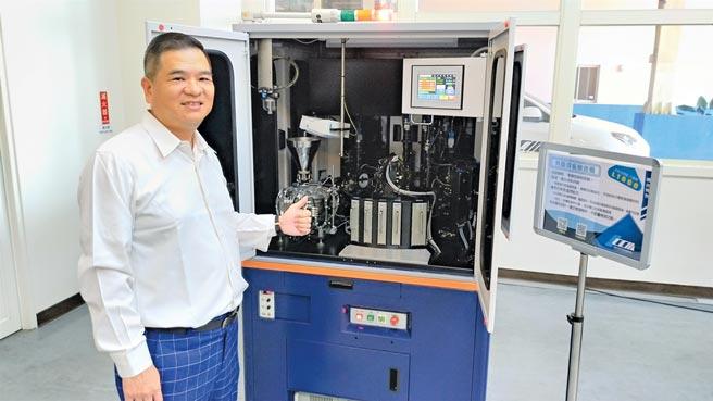 此波疫情,讓精湛更加深耕技術;精湛董事長吳俊男介紹用於檢測被動元件、半導體晶片、LED等產品的機型,可檢測出人眼無法辨識的微小瑕疵。圖/葉圳轍