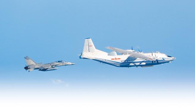 共機在我西南空域頻繁飛訓,空軍決定延長天駒任務,派小兵力IDF戰機因應新情勢。圖前為共軍運八,後為我IDF經國號戰機。(國防部提供)