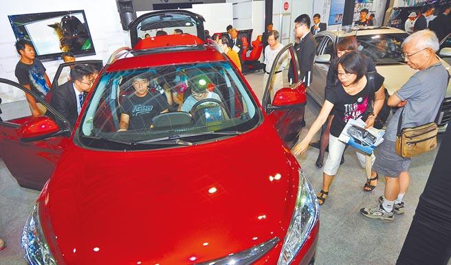 圖為民眾試開新車。(本報資料照片)