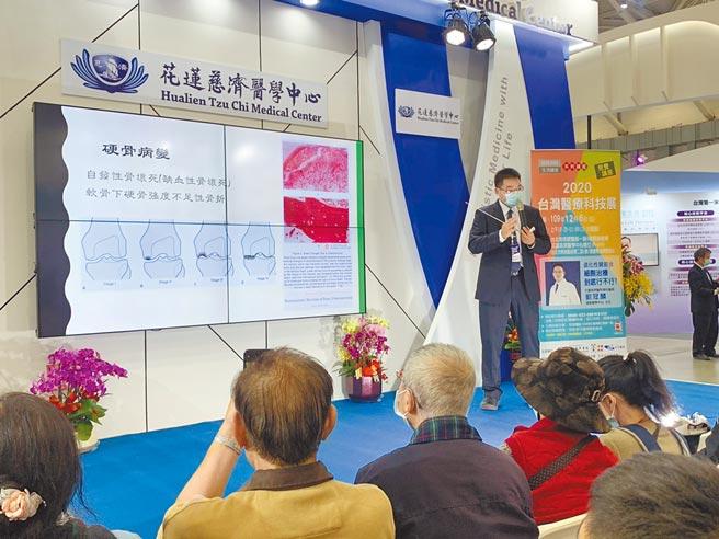 花蓮慈濟醫院運動醫學中心主任劉冠麟分享退化性關節炎新療法。(張薷攝)