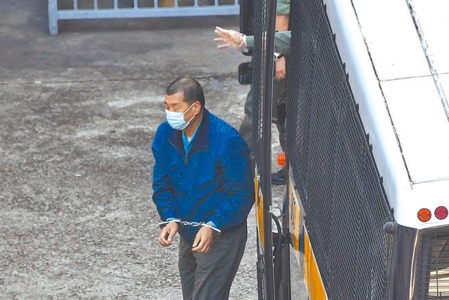 圖為壹傳媒集團創辦人黎智英(藍衣者)由囚車押送至荔枝角收押所。(中新社)