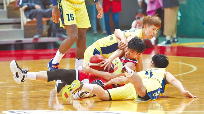 台銀後衛張博勝(中)倒在地上拚命護球,兩名九太球員都想把球搶走。(中華籃協提供)