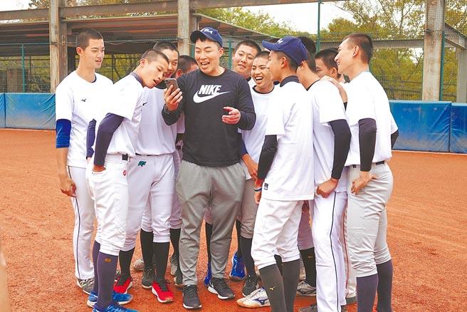 郭泓志(中)與敗隊學員一起高歌周杰倫的《告白氣球》。(毛琬婷攝)