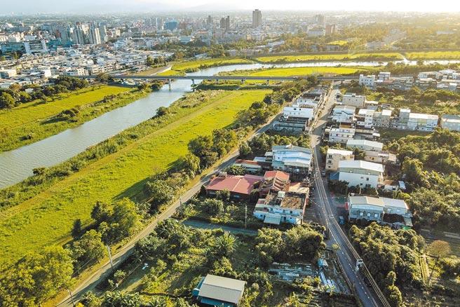 宜蘭市梅洲社區位於宜蘭河畔,一河之隔,讓梅洲與市中心有著截然不同的發展,而生活也深受宜蘭河影響。