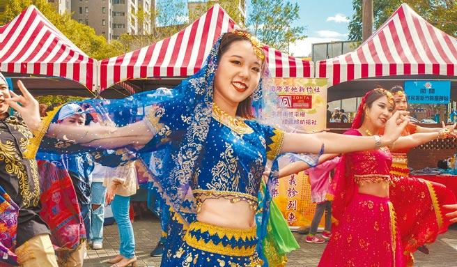 新竹縣國際移民日嘉年華會,移民署新竹縣服務站移民官跳「寶萊塢」舞蹈。(羅浚濱攝)