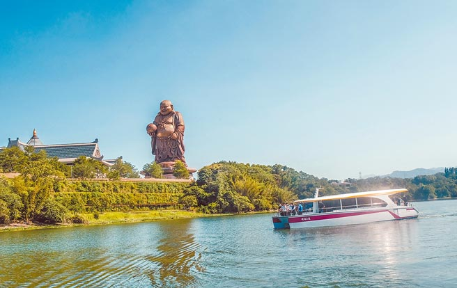 峨眉鄉入選台灣經典小鎮3.0,搭遊湖電動船是能環湖欣賞湖畔美景及72米高的青銅彌勒大佛。(羅浚濱攝)