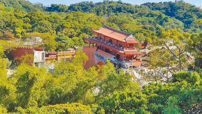 幾度易主的台灣民俗村,今年初被新接手的地主產創業者以迅雷不及掩耳速度拆除;如今早已大面積夷為平地。(摘自臉書「彰化踢爆網」/謝瓊雲彰化傳真)