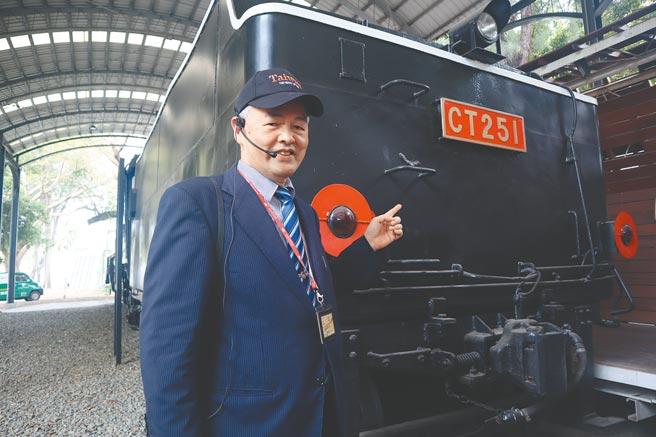 台南市文資處日前特別邀請前交通部台灣鐵路管理局機務處長宋鴻康解說蒸汽火車的前世今生,同時發送限量郵票,吸引鐵道迷爭搶。(李宜杰攝)