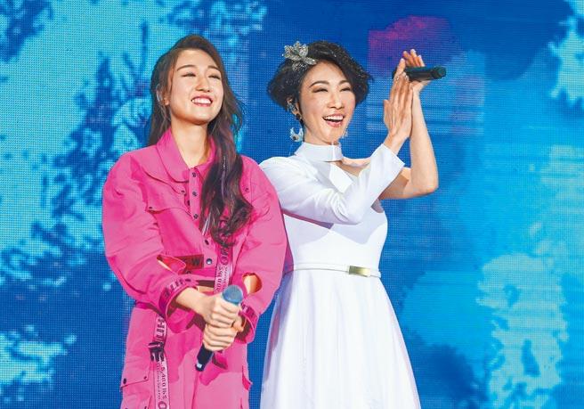 李翊君(右)昨和女兒香奈兒同台合唱。(粘耿豪攝)