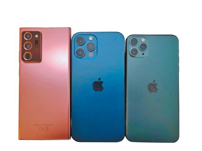 三星Galaxy Note20 Ultra(左起)、iPhone 12 Pro Max、iPhone 11 Pro Max在外型比较,iPhone 12 Pro Max机身更宽,难以一手操控。