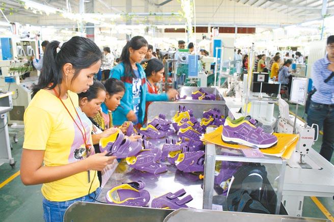 RCEP成員國對所有產品應用一致的原產地規則。圖為一台商越南廠製鞋生產線。(本報系資料照片)