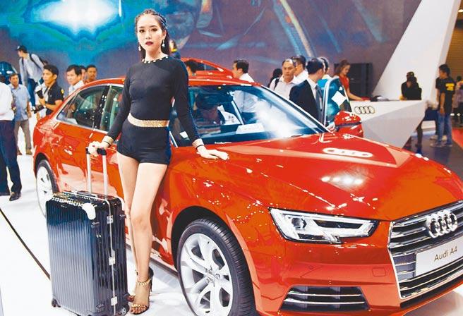 RCEP取消關稅,汽車等傳統高關稅行業影響大。圖為民眾參觀車展。(新華社)