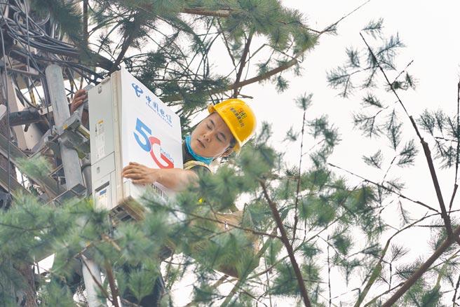 技術人員在重慶磁器口古鎮景區對一個5G基站進行調試。(新華社資料照片)