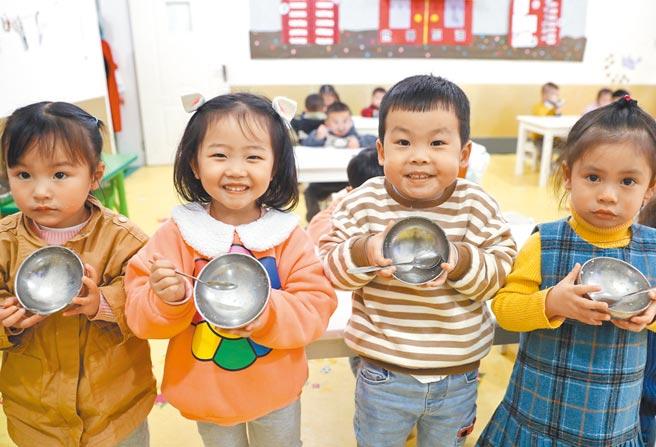 四川一幼兒園孩子們在飯後展示自己的「光盤」。(新華社資料照片)
