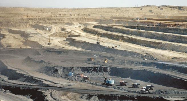 內蒙古豐富的露天煤礦資源成為當地官員腐敗的溫床。圖為內蒙古準格爾露天煤田。(新華社資料照片)