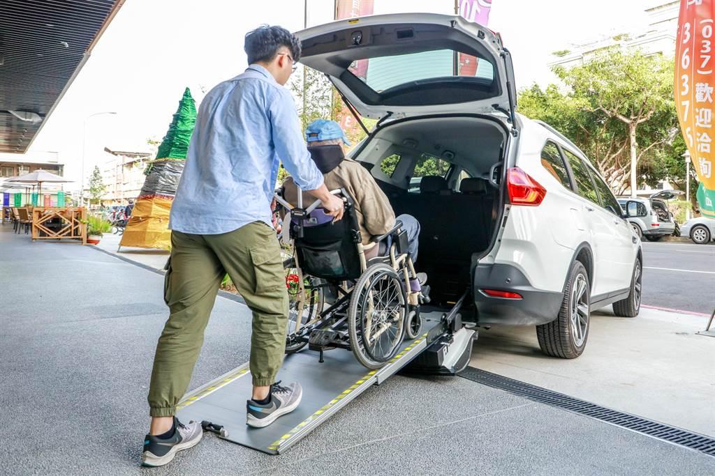 裕隆汽車福氣小旅行,URX 樂活款搭載「Quick Lock易扣」輪椅快扣裝置,提供家庭旅遊行程中高齡輪椅乘客安全、快速、舒適的上下車。
