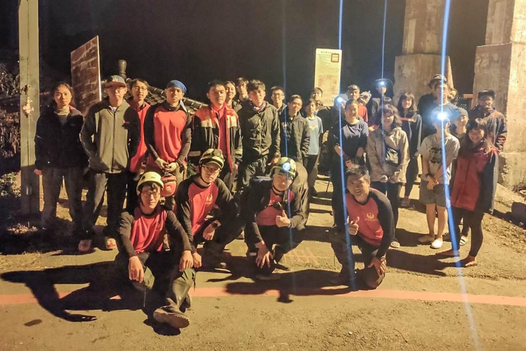 24名登山客在尖石鄉芝生毛台山登山迷失,搜山人員花17小時尋獲護送登山口。(新竹縣消防局提供/羅浚濱新竹傳真)