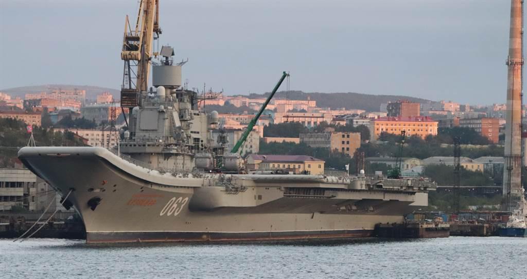俄羅斯唯一現役航母「庫茲涅佐夫海軍上將」號(Admiral Kuznetsov)2018年9月1日停泊在莫曼斯克(Murmansk)的畫面。(達志影像/Shutterstock)