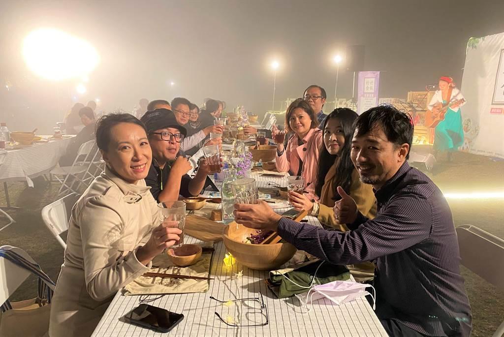 「好好食飯」今年最終場來到苗栗縣大湖鄉薑蔴園,雖然入夜後氣溫驟降、雲霧繚繞,體驗民眾仍熱情參與戶外餐桌饗宴。(巫靜婷攝)