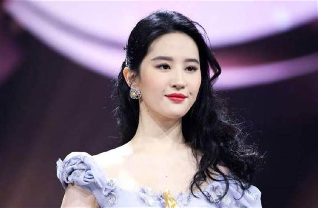 劉亦菲今年1月出席微博之夜的舊照被翻出。(圖/取材自微博之夜微博)