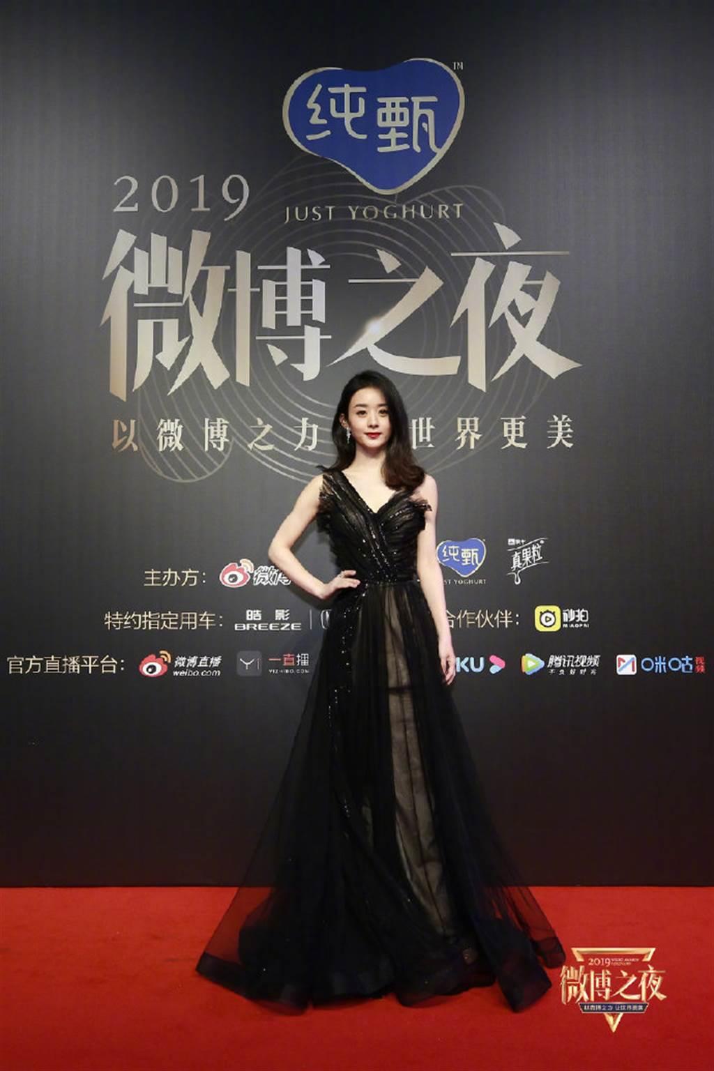 赵丽颖以黑色低胸单肩礼服入镜,她身型纤细、俏丽,举手投足绝美。(图/取材自微博之夜微博)